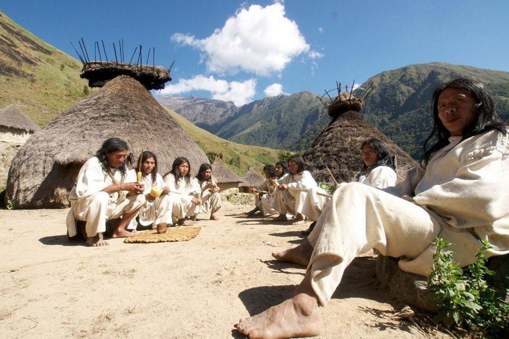 Indiens Kogis dans le village